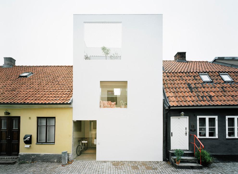 Diseño de fachada de casa pareada blanca, contemporánea, grande, de tres plantas, con tejado plano y revestimiento de piedra