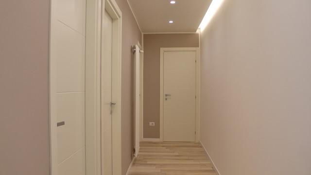 Immagine di un ingresso o corridoio contemporaneo di medie dimensioni con pareti beige e pavimento in gres porcellanato