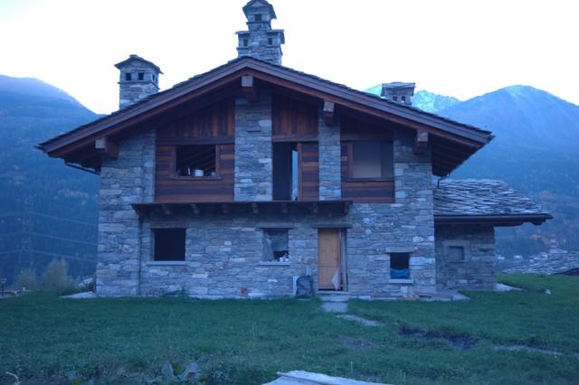 Case Di Montagna In Pietra : Case in pietra e legno in montagna ingresso altro di