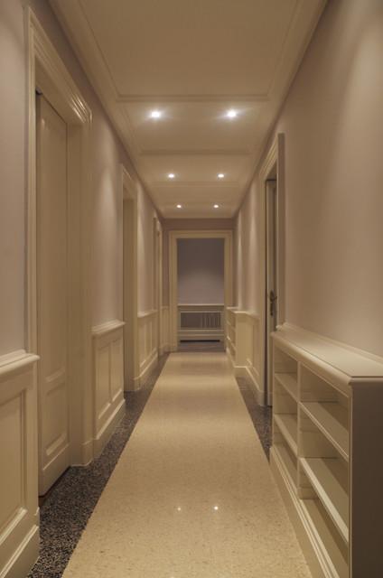 Corridoio con boiserie classico corridoio milano di edoardo guazzoni - Mobili per corridoi ...