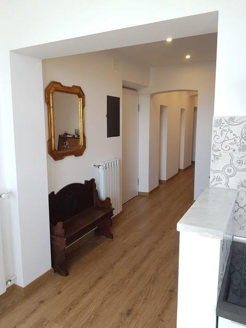 Immagine di un ingresso o corridoio minimal di medie dimensioni con pareti bianche e pavimento in laminato
