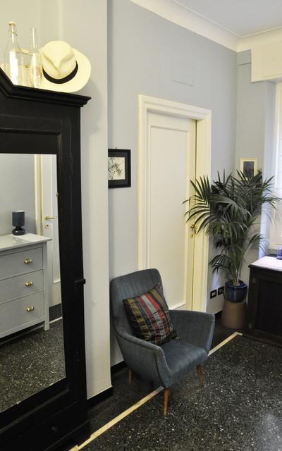 Esempio di un piccolo ingresso contemporaneo con una porta a pivot