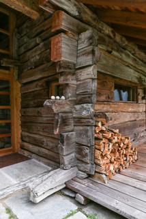 Una casa walser in montagna ingresso altro di for Mobili walser
