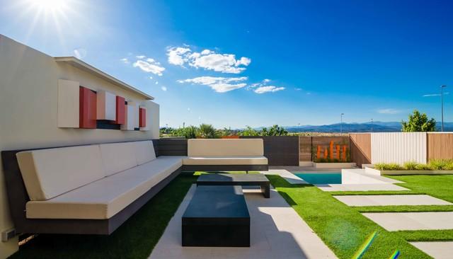 Interiorismo jardin piscina en vivienda adosada for Viviendas jardin