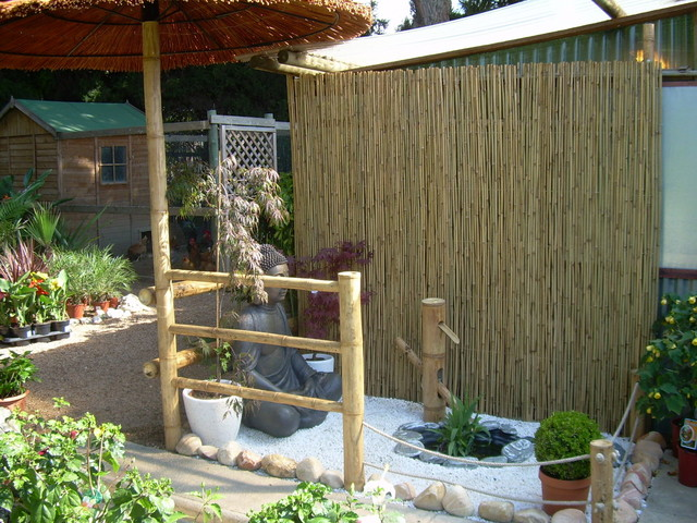 Pared forrada con ca izo de bambu vallas y sombrilla de bambu - Canizo para jardin ...
