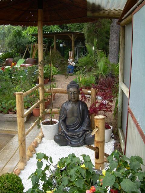 Vista alzada exposicion vallas sombrillas buda estanque y fuente - Buda jardin ...