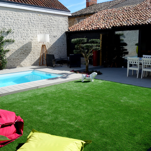 Am nagement d 39 un jardin avec terrasse bois et gazon for Amenagement jardin gazon synthetique