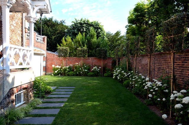 Design ideas for a traditional landscaping in Paris.