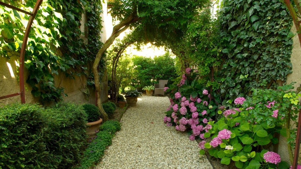 Photo of a traditional shade gravel landscaping in Bordeaux.