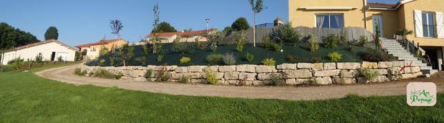 Enrochement am nagement talus classique chic jardin for Amenagement talus jardin