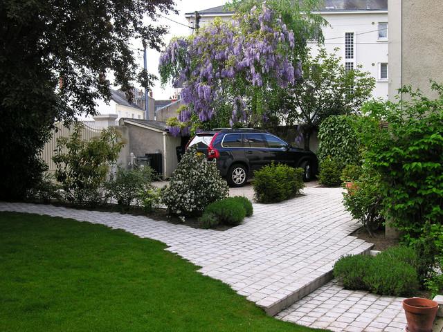 espace de stationnement moderne jardin angers par serrault jardins. Black Bedroom Furniture Sets. Home Design Ideas