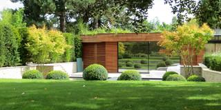 Jardin moderne avec une entrée ou une allée de jardin ...