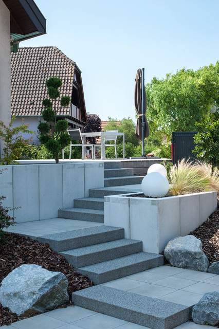 l 39 escalier menant la terrasse moderne jardin strasbourg par les nouveaux paysagistes. Black Bedroom Furniture Sets. Home Design Ideas