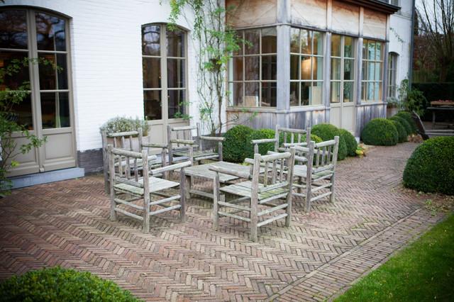 jardin de maison de campagne awesome table de piquenique dans le jardin de la maison de. Black Bedroom Furniture Sets. Home Design Ideas