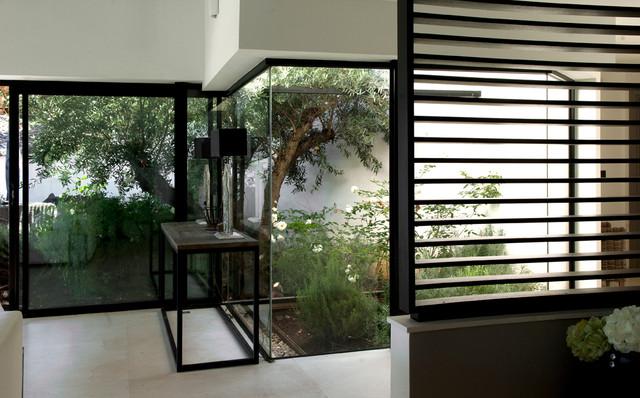 Patio vitré donnant sur un jardin au coeur de la maison ...