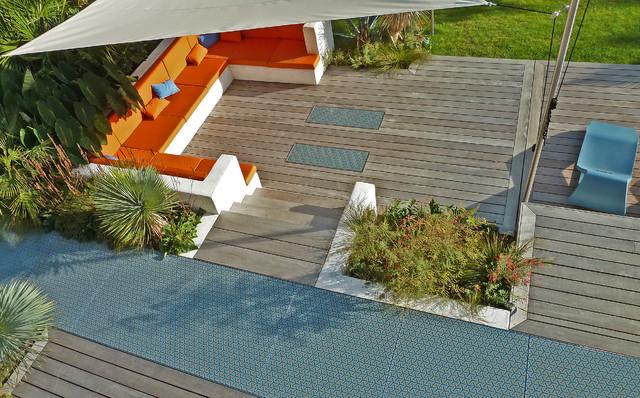 Terrasse design Ipé et verre imprimé motif rétro - Modern - Garten ...