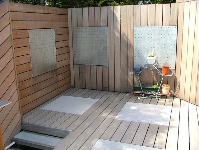 terrasse en bois exotique sur plusieurs niveaux. Black Bedroom Furniture Sets. Home Design Ideas