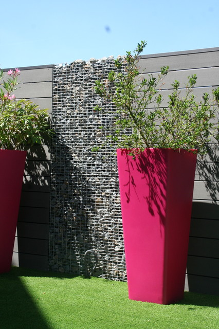 Transformation du mur composite et gabions contemporain for Decoration jardin gabion