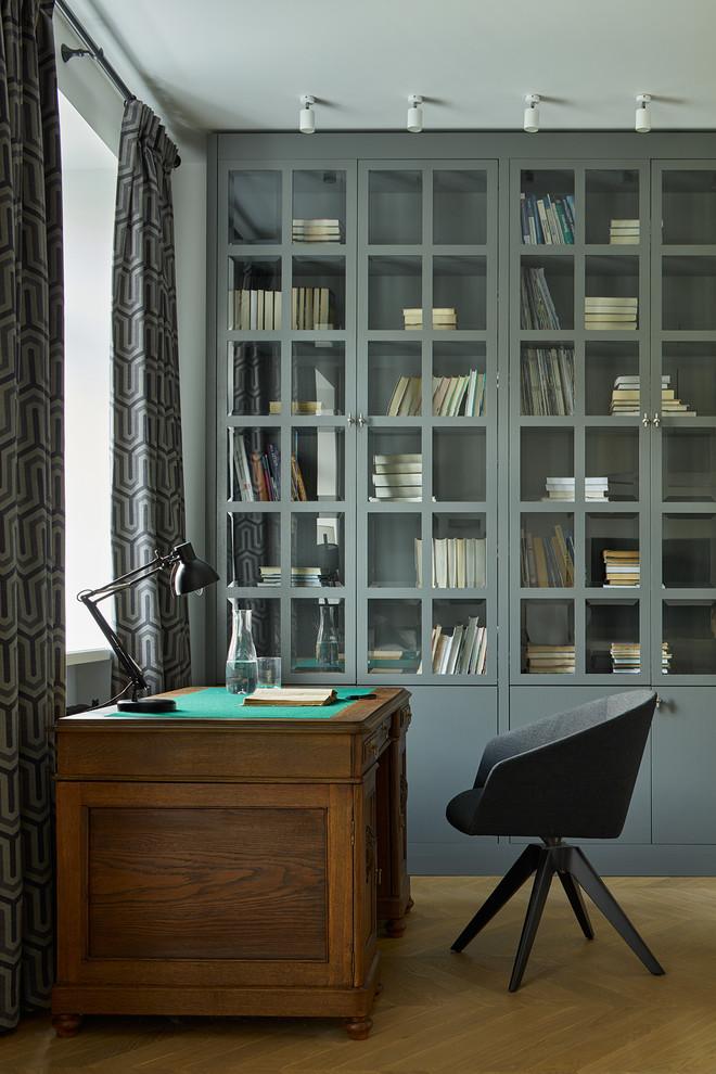 Modelo de despacho tradicional renovado, de tamaño medio, con escritorio independiente, suelo de madera en tonos medios y suelo marrón