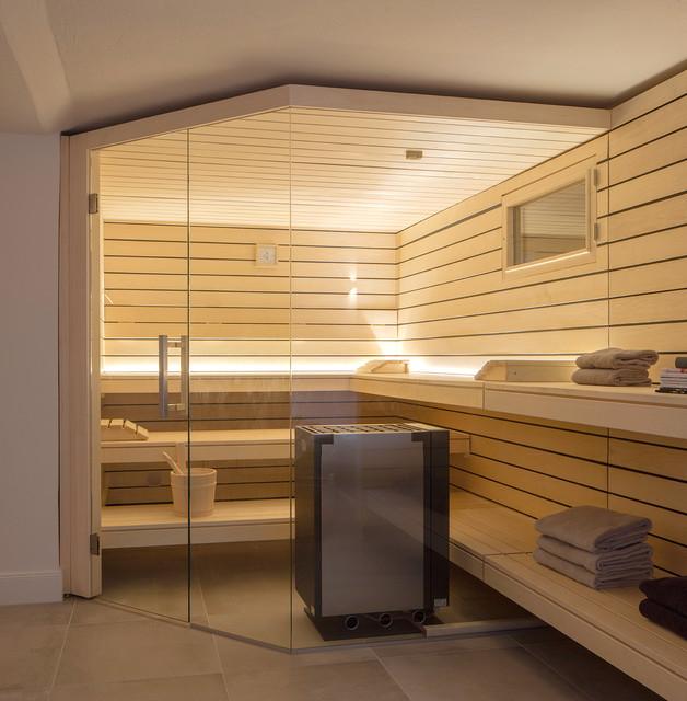 Sauna: Design-Sauna mit großer Glasfront und herausgezogenen ...