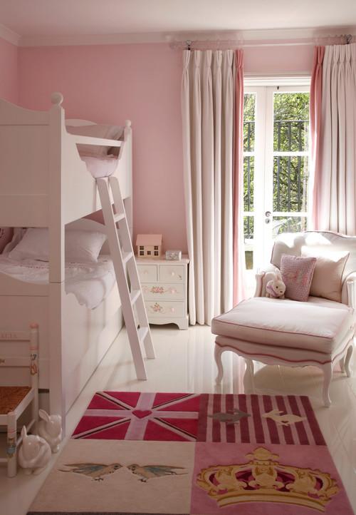 ピンク系の壁紙を使った寝室