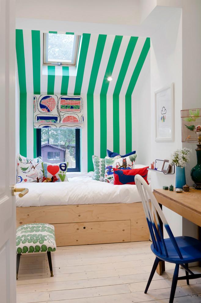 Imagen de dormitorio infantil de 4 a 10 años, contemporáneo, de tamaño medio, con suelo de madera clara y paredes multicolor