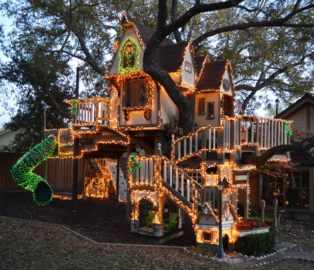 A magical tree house lights up for christmas eclectic for Cool backyard tree houses
