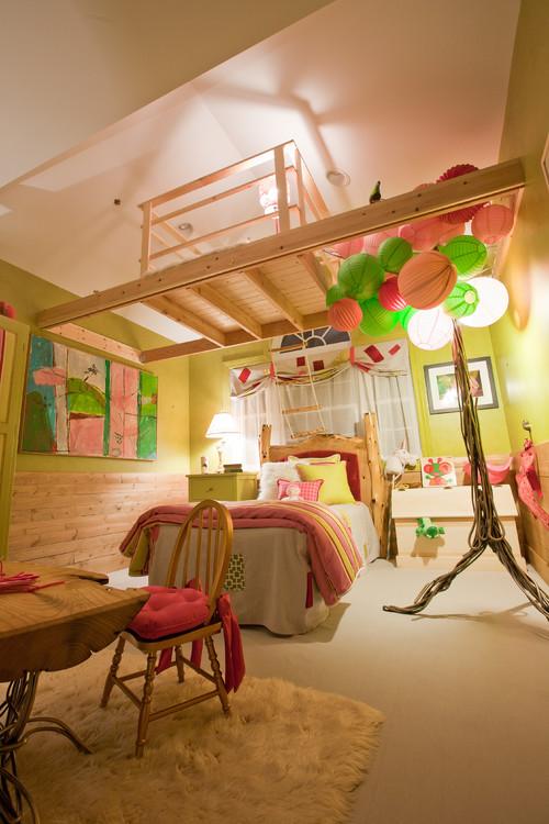 Детская с игровой зоной на верху с большими потолками желто розовая салатовая