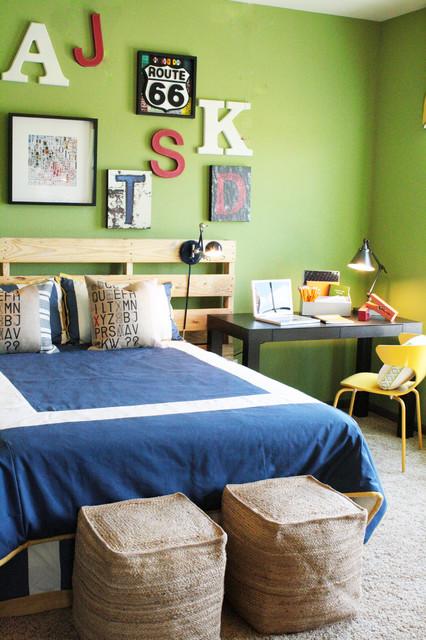 Réalisation d'une chambre d'enfant bohème avec un mur vert et moquette.