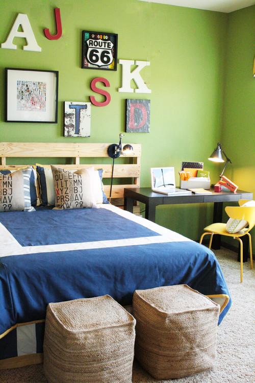 салатовые стены яркие акценты синий цвет кровати