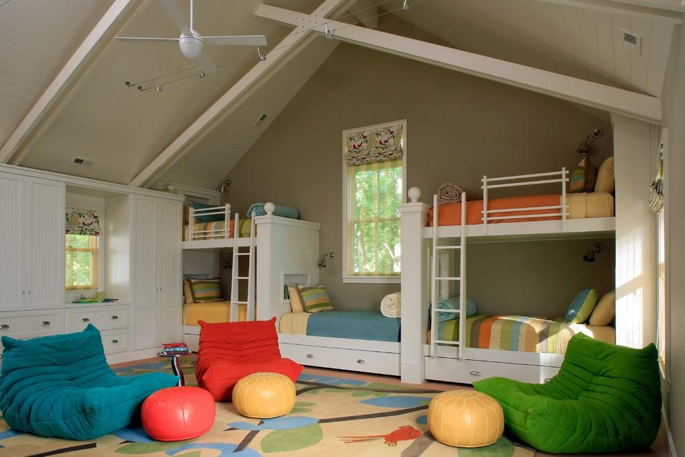 Idée de décoration pour une grand chambre d'enfant de 4 à 10 ans marine avec un mur beige et moquette.