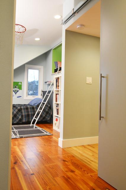 Inspiration pour une chambre d'enfant design de taille moyenne avec un mur bleu et un sol en bois brun.