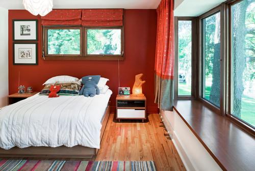赤系の壁紙を使った寝室
