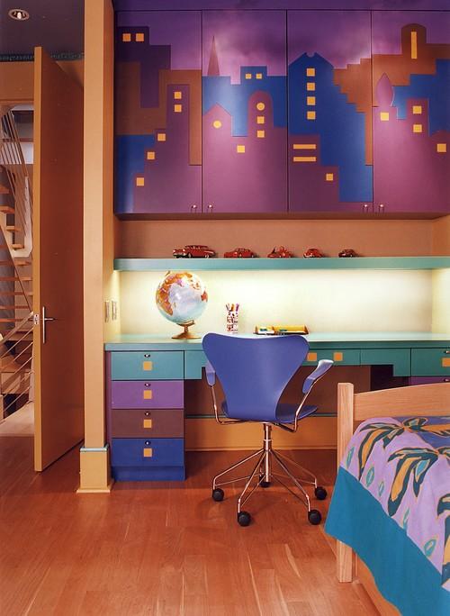 фиолетовый цвет с синим в шкафчиках по проекту дизайнера