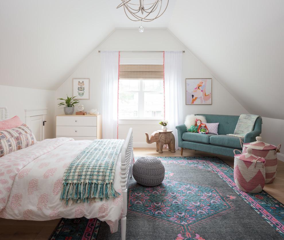Großes Stilmix Jugendzimmer mit Schlafplatz, weißer Wandfarbe, hellem Holzboden und beigem Boden in Boston