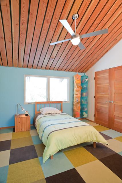 Aménagement d'une chambre d'enfant de 4 à 10 ans contemporaine avec un mur bleu et moquette.