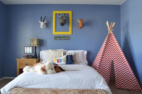 青系の壁紙を使った寝室