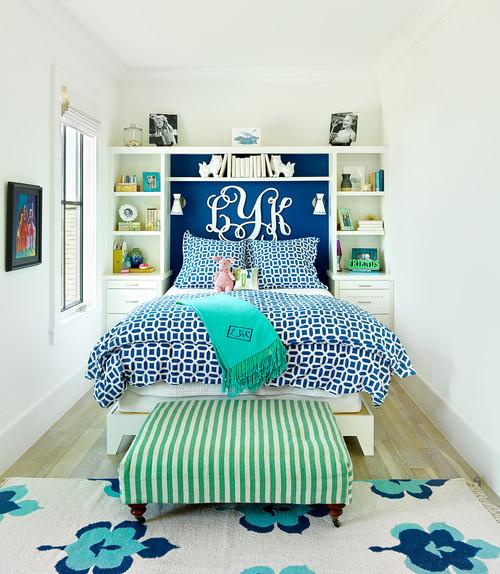 светлая комната с синими акцентами белыми буквами