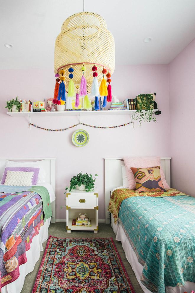 Diseño de dormitorio infantil bohemio con paredes rosas y moqueta