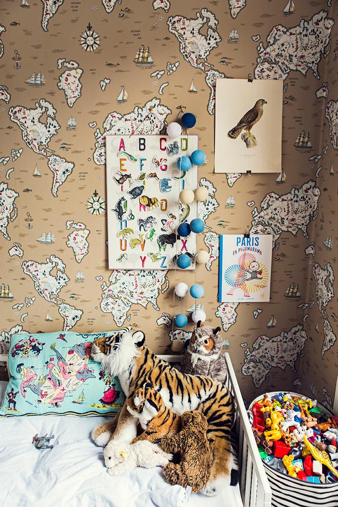 Inspiration för ett litet eklektiskt könsneutralt barnrum, med flerfärgade väggar