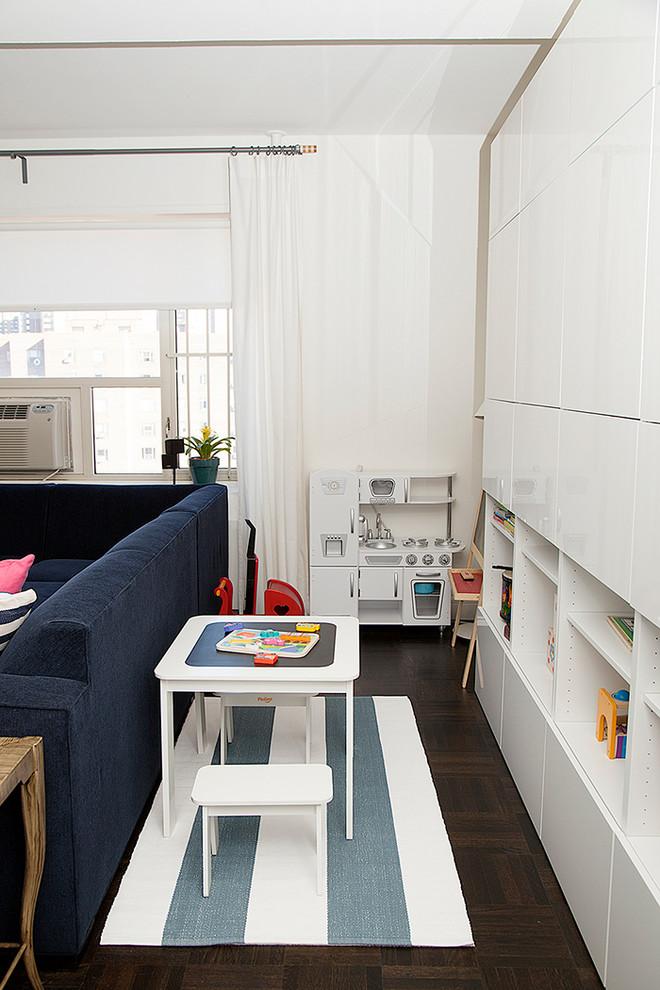 Ispirazione per una cameretta per bambini contemporanea con pareti bianche e parquet scuro