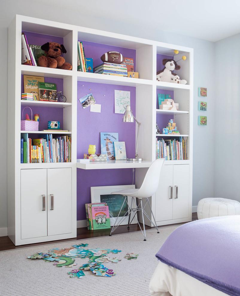 Modelo de dormitorio infantil contemporáneo con suelo de madera oscura