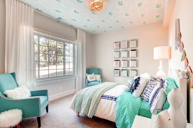 Idées déco pour une chambre d'enfant classique avec moquette et un mur gris.