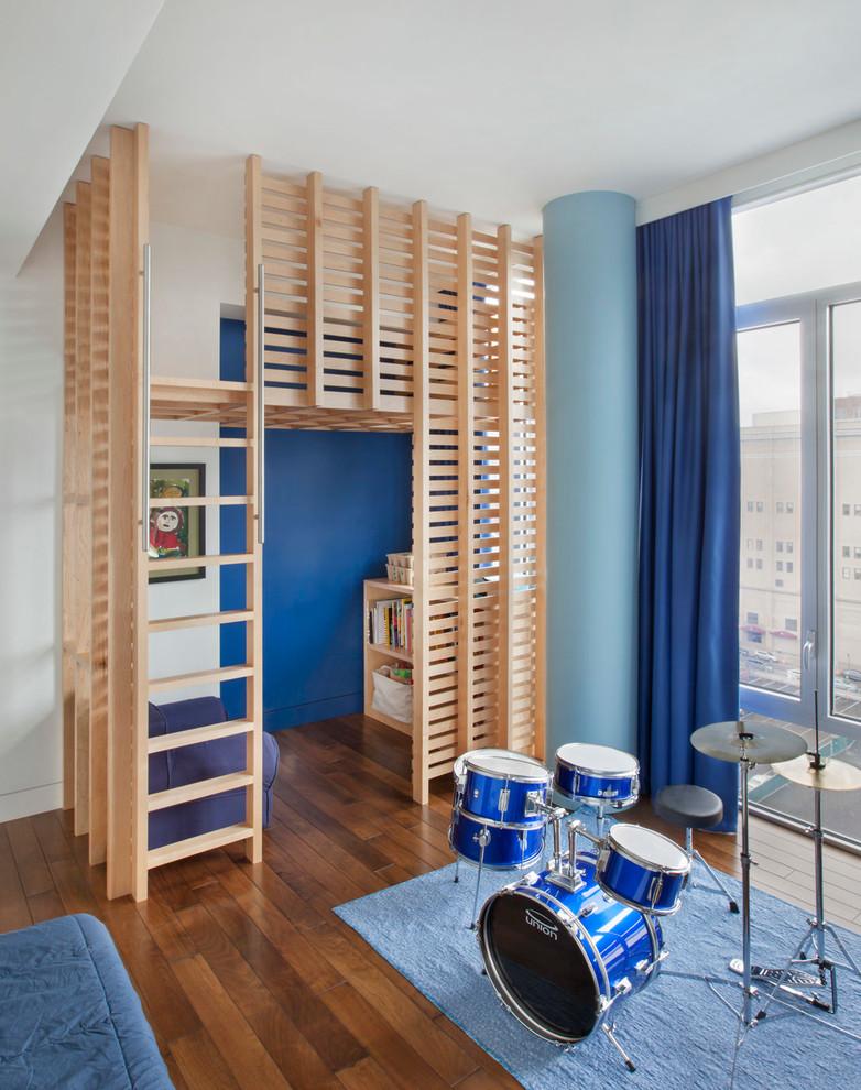 Modelo de dormitorio infantil de 4 a 10 años, actual, de tamaño medio, con paredes blancas y suelo de madera en tonos medios