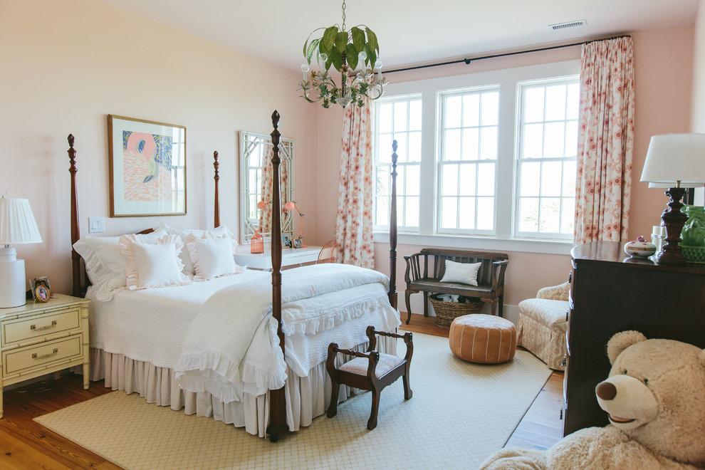 Ispirazione per una cameretta per bambini da 4 a 10 anni country con pareti rosa e parquet chiaro