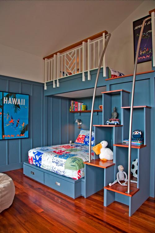 голубая спальня с полками деревянный пол два яруса