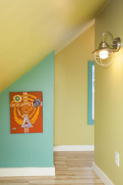 Kleines, Neutrales Stilmix Kinderzimmer mit Spielecke, Linoleum und bunten Wänden in Portland