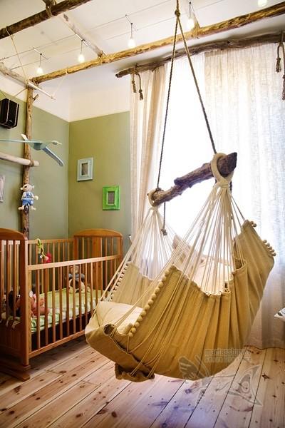 hamaca colocada en el cuarto del bebe