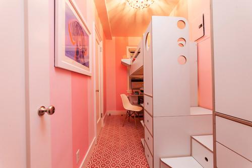 細長い部屋もロフトで空間を上手に活用して機能的に。ボードの丸い穴はデザインとして可愛いだけでなく、安全な手すりとしても使えていいですね。