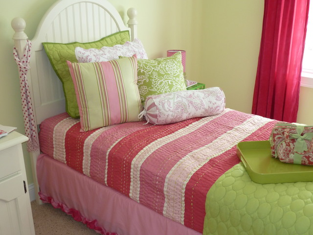 Example Of A Cottage Kids Room Design In Manchester With Green Walls